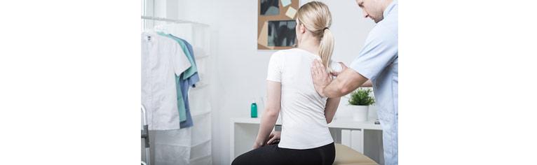 La douleur dans le service de poitrine de lépine dorsale-raison le traitement